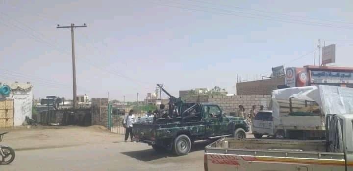 شاهد بالصورة..محافظ يمني يغادر منصبه ويحمل السلاح في مواجهة الحوثيين